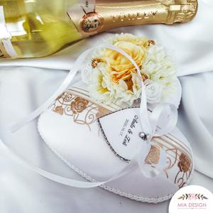 Arany-hófehér egyedi, szív alakú gyűrűpárna, Esküvő, Kiegészítők, Gyűrűtartó & Gyűrűpárna, Varrás, Virágkötés, Egyedi kézműves gyűrűpárna hófehér selyem alapon, különleges, rózsa nyomatú arany szín organza szala..., Meska