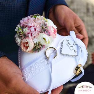 Romantikus gyűrűpárna esküvőre , Esküvő, Kiegészítők, Gyűrűtartó & Gyűrűpárna, Virágkötés, Varrás, A PÁRNÁRA A NEVETEKKEL, ÉS A LAGZI DÁTUMÁVAL ELLÁTOTT SZÍVECSKE IS KERÜL!\nMegrendeléskor megjegyzésb..., Meska