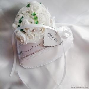 Hófehér-ezüst színvilágú gyűrűpárna esküvőre , Esküvő, Kiegészítők, Gyűrűtartó & Gyűrűpárna, Virágkötés, Varrás, A PÁRNÁRA A NEVETEKKEL, ÉS A LAGZI DÁTUMÁVAL ELLÁTOTT SZÍVECSKE IS KERÜL!\nMegrendeléskor megjegyzésb..., Meska