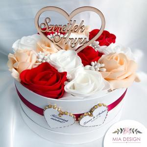 Bordó-fehér-krém szín boglárka virágos virágdoboz, Esküvő, Emlék & Ajándék, Szülőköszöntő ajándék, Mindenmás, Virágkötés, EGYEDI ESKÜVŐI SZÜLŐKÖSZÖNTŐ VIRÁGBOXOT KERESTEK? Születésnapra / évfordulóra keresel megfelelő aján..., Meska