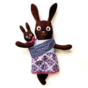 Bársony, nyuszi mama és baba - öltöztethető állatfigurák, Gyerek & játék, Játék, Plüssállat, rongyjáték, Varrás, Baba-és bábkészítés, Pamut anyagokból varrtam ezt a jókedvű párost, saját dizájn alapján.\n\nAkinek szívügye a babahordozás..., Meska