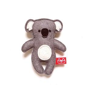 Miniszösz koala, Játék & Gyerek, Plüssállat & Játékfigura, Más figura, Varrás, Baba-és bábkészítés, Ezt az miniszöszt magam terveztem. Filcből (60% gyapjú, 40% műszál) készítettem és kézzel, apró ölté..., Meska
