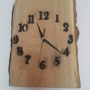 Rusztikus fából készül falióra, Lakberendezés, Otthon & lakás, Falióra, óra, Famegmunkálás, Akác fából készül falióra, legszélesebb pontján mérve 22x31cm.\nAz óra szerkezet és a mutatók műanyag..., Meska