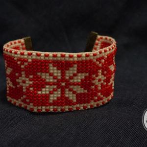 Piros alapon hópihe mintás karkötő, Ékszer, Ruha, divat, cipő, Karkötő, Ékszerkészítés, Gyöngyfűzés, Piros alapon hópihe mintás karkötő, cseh gyöngyből készült. A gyöngyszövés végét bronz szalagvéggel..., Meska