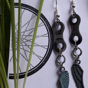 Bringás fülbevaló, Angyalszárny fityegővel, Lógós fülbevaló, Fülbevaló, Ékszer, Ékszerkészítés, Újrahasznosított alapanyagból készült termékek, Újrahasznosított kerékpár láncszemből készített fülbevaló. angyalszárny fityegővel\nHölgyeknek ajánlo..., Meska