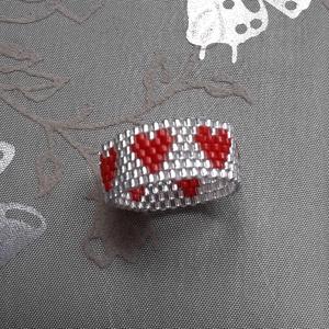 Piros szives gyűrű, Gyöngyös gyűrű, Gyűrű, Ékszer, Ékszerkészítés, Gyöngyfűzés, gyöngyhímzés, 11/0 japán gyöngyből, Peyote technikával készült., Meska