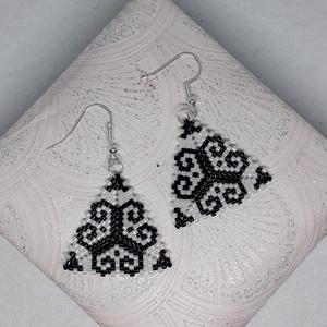 Fekete-fehér háromszög fülbevaló, Ékszer, Lógó fülbevaló, Fülbevaló, Ez a fülbevaló minőségi 11/0 miyuki japán gyöngyből, Peyote technikával készült.   Ha egy másik szín..., Meska