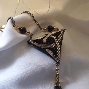 Kelta mintás arany fekete színösszeállítású 3D medál, Ékszer, Nyaklánc, Medálos nyaklánc, Ez a látványos 3D ékszer minőségi 11/0  japán gyöngyből, Peyote technikával készült.  Fekete nyaklán..., Meska