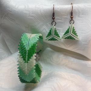 Halszálka mintás zöld karkötő, és háromszög 3D fülbevaló szett, Ékszer, Ékszerszett, Gyöngyfűzés, gyöngyhímzés, Ékszerkészítés, Peyote technikával készült halszálka mintás karkötő és háromszög alakú 3D fülbevaló.\nA karkötő mágne..., Meska