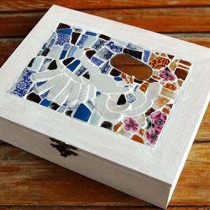 Pávás doboz, Dekoráció, Otthon & lakás, Képzőművészet, Vegyes technika, Lakberendezés, Mozaik, Újrahasznosított alapanyagból készült termékek, Egy hónapnyi munkám gyümölcse. Minden egyes mozaik darabot formára csiszoltam, hogy a megfelelő hely..., Meska