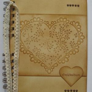 Ajándékötlet  - házassági évforduló - esküvő - eljegyzés - - Emlékmegőrző - album  - szív dombormintával, Naptár, képeslap, album, Otthon & lakás, Jegyzetfüzet, napló, Esküvő, Papírművészet, Van az emberi szívnek egy halk szavú és előkelő vendége néha, az Emlékezés.\n(Bánáti Szohner Sándor)\n..., Meska