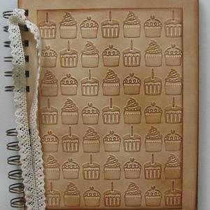 Imádom a muffint - Receptkönyv - különleges, egyedi fényképes receptjeidhez  - muffin dombormintával - egyedi termék, Otthon & lakás, Naptár, képeslap, album, Konyhafelszerelés, Receptfüzet, Papírművészet, A különleges, egyedi receptjeidet gyűjtheted össze a receptkönyvben, melyben az elkészült sütemények..., Meska