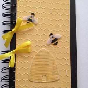 Méhes - mézes jegyzetek -napló -óvodai méhecske csoport - sárga-fekete - emlék - ajándék - méhész-ajándék - örök emlék , Otthon & Lakás, Papír írószer, Jegyzetfüzet & Napló, Papírművészet, A méh olyan, mint a háziasszony, akkor is zsörtölődik, amikor énekel. (Victor Hugo)\n\nAz egyedi dombo..., Meska