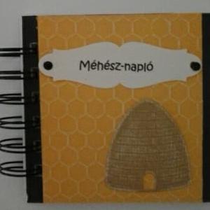 Méhész-album - Méhes  -  mézes jegyzetek,, receptek,  - óvodai méhecske csoport - sárga-fekete - méhész-emlék - egyedi, Otthon & lakás, Naptár, képeslap, album, Konyhafelszerelés, Receptfüzet, Papírművészet, (Nézz körül Igenigen boltomban is.)\n\nA méh olyan, mint a háziasszony, akkor is zsörtölődik, amikor é..., Meska