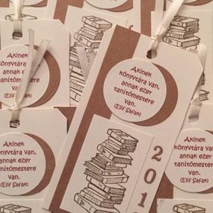 Könyvjelző - emléklap - csoportajándék -  osztálytalálkozó - könyv - ajándékkísérő - diplomaátadás , Naptár, képeslap, album, Otthon & lakás, Ajándékkísérő, Papírművészet, Emlékkártya - ajándékkísérő - könyvjelző - bélyegzőmintával, felirattal és évszámmal - osztálytalálk..., Meska