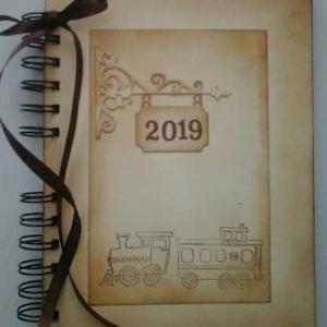 Az idő vonatán - nyugdíjas búcsúztatására - nyári kirándulások emlékei - emlékmegőrző - album -örök emlék-egyedi ajándék, Album & Fotóalbum, Papír írószer, Otthon & Lakás, Papírművészet, Egy pálya útja véget ér.\nA gyorsvonat megáll,\ns a búcsúzó útitárs\nmás vonatra száll.\n(Bódi Irén)\n\nNy..., Meska