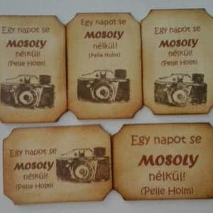 Hűtőmágnes - Egy napot se mosoly nélkül - csoportajándék - rendezvényajándék - fényképezőgép - céges  találkozó - , Otthon & lakás, Naptár, képeslap, album, Ajándékkísérő, Esküvő, Papírművészet, Szeretteidnek, barátaidnak, kollégáknak és saját magadnak:\n\nLemezkartonból és 220 gr-os kartonból ti..., Meska