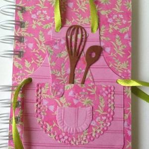 Szakácskönyv/receptkönyv - kötény díszítéssel - lánybúcsú - szakácstanuló - egyedi receptek - esküvő - örök emlék , Otthon & lakás, Konyhafelszerelés, Receptfüzet, Naptár, képeslap, album, Papírművészet, (Nézz körül Igenigen boltomban is.)\n\nSzeretnél egy egyedi receptkönyvet ajándékba adni leendő felesé..., Meska