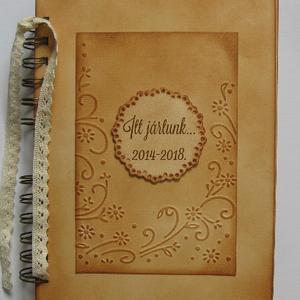 Ballagás - pedagógus - kiállítás-vendégkönyv -  szülőköszöntő album - esküvő - emlékmegőrzés a jövőnek - örök emlék, Otthon & Lakás, Album & Fotóalbum, Papír írószer, A borítólapon lévő kör formába - alkalomnak megfelelő - feliratot írok (név, csoportnév, idézet, stb..., Meska