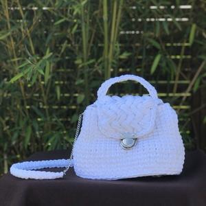Horgolt táska, Vállon átvethető táska, Kézitáska & válltáska, Táska & Tok, Horgolás, Pólófonalból horgolt kis koffer jellegű táska. \nVállpántja kérhető csak fonalból ill. csak láncból i..., Meska