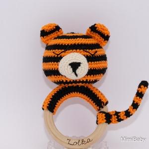 Tigris csörgő, Játék & Gyerek, 3 éves kor alattiaknak, Csörgő, Gravírozás, pirográfia, Horgolás, 100%-ban bababarát alapanyagokból készült csörgő: 100% pamut fonal, natúr fa (nincs lakkozva), rugal..., Meska