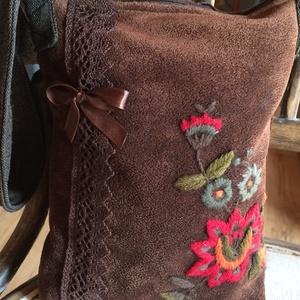 Bulizós barna táska, Vállon átvethető táska, Kézitáska & válltáska, Táska & Tok, Varrás, Hímzés, Barna hímzett velúr anyagból készült. Masnival és pamut csipkével díszítettem.\nBélése szatén ,kis zs..., Meska