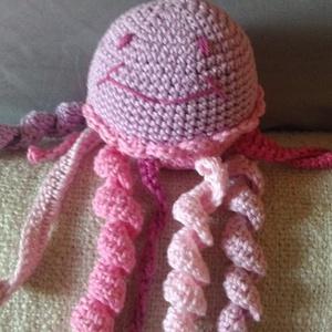 horgolt medúza csörgő, Csörgő, 3 éves kor alattiaknak, Játék & Gyerek, Horgolás, un. amigurumi: horgolt medúza\n\nhosszú csápjai a köldökzsinórt utánozzák\nkis gyerekkezek kedvenc babr..., Meska