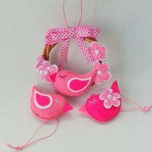 vidám rózsaszín koszorú garnitúra, Lakberendezés, Otthon & lakás, Ajtódísz, kopogtató, Húsvéti díszek, Ünnepi dekoráció, Dekoráció, Gyerek & játék, Varrás, Virágkötés, Kb. 11 cm -es vessző koszorú alapra készült koszorú , rózsaszín - fehér színekben , rózsaszín pipive..., Meska