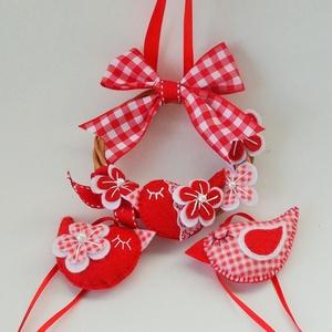 Vidám piros garnitúra, Falra akasztható dekor, Dekoráció, Otthon & Lakás, Varrás, 11 cm-es  vessző koszorú  alapra tettem kb. 7 × 4 cm-es filcből készült pipit  pici csipkével, filc ..., Meska