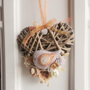 Beige madárkás ajtódísz, Otthon & lakás, Lakberendezés, Ajtódísz, kopogtató, Dekoráció, Ünnepi dekoráció, 14 cm-es  szív alakú koszorú alapot díszítettem általam készített  filc virágokkal és madárkával . A..., Meska