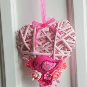 Rózsaszín madárkás ajtódísz, Otthon & lakás, Lakberendezés, Ajtódísz, kopogtató, Dekoráció, Ünnepi dekoráció, 14 cm-es  szív alakú koszorú alapot díszítettem általam készített  filc virágokkal és madárkával . A..., Meska