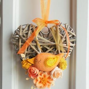 Barack - sárga madárkás ajtódísz, Otthon & lakás, Lakberendezés, Ajtódísz, kopogtató, Dekoráció, Ünnepi dekoráció, 14 cm-es  szív alakú koszorú alapot díszítettem általam készített  filc virágokkal és madárkával . A..., Meska