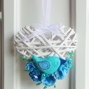 Kék -zöld madárkás ajtódísz, Otthon & lakás, Lakberendezés, Ajtódísz, kopogtató, Dekoráció, Ünnepi dekoráció, 14 cm-es  szív alakú koszorú alapot díszítettem általam készített  filc virágokkal és madárkával . A..., Meska