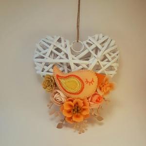 Barack  madárkás ajtódísz, Otthon & Lakás, Ajtódísz & Kopogtató, Dekoráció, 14 cm-es  szív alakú koszorú alapot díszítettem általam készített  filc virágokkal és madárkával . A..., Meska