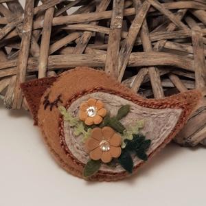 Beige madárka kitűző, Ékszer, Kitűző & Bross, Kitűző, Őzike barna és beige gyapjúfilcből készítettem , két virág közepét swarovski strassz kövek díszítik...., Meska
