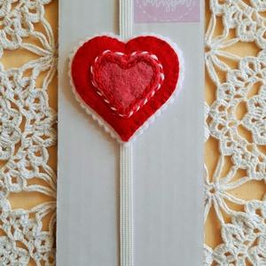 szivecske könyvjelző, Otthon & Lakás, Papír írószer, Könyvjelző, Gyapjúfilből készült gumis könyvjelző . Szivecske mérete: 6,5× 6 cm, a gumi kb. 17 cm-től 26,27 cm- ..., Meska