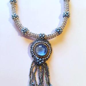 Alkalmi nyaklánc , Ékszer, Nyaklánc, Medál, Gyöngyfűzés, gyöngyhímzés, Ezt a láncot fűző technikával készítettem, a medál része pedig gyöngyhímzett,  ezüst és kék színű ja..., Meska