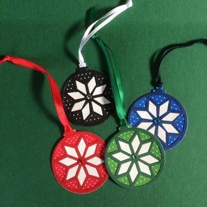 Karácsonyi ajándékkísérő 4. hópehely, karácsonyi  dísz, Advent, Karácsony, Mikulás , Karácsonyfadísz, Karácsony & Mikulás, Otthon & Lakás, Papírművészet, Mindenmás, Karácsonyfadísz alakú ajándékkísérőt készítettem 4 színben lyukasztásos, patchwork technikával. A sz..., Meska