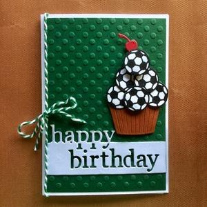 Focirajongók szülinapi képeslapja, foci, futball, muffin, születésnap, Képeslap & Levélpapír, Papír írószer, Otthon & Lakás, Papírművészet, Focirajongókat, kis és nagy focistákat köszönthetsz ezzel a 3-Ds foci-muffinos képeslapommal. Kinyit..., Meska