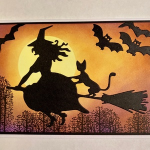 Halloween Boszorkány képeslap, fekete macska, denevér, Otthon & Lakás, Papír írószer, Képeslap & Levélpapír, Papírművészet, Tintázással, kézi nyomdával és formalyukasztásos technikával készítettem ezt a képeslapot. Kinyithat..., Meska