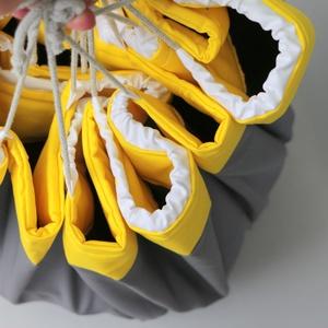 Legozsák szürke-sárga-fehér, Játéktároló, Tárolás & Rendszerezés, Otthon & Lakás, Varrás, 90 cm átmérőjű felálló puha peremmel és összehúzó zsinórral rendelkező legózsák. Az anyag összetétel..., Meska