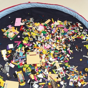 Legozsák skék-vkék-piros, Játéktároló, Tárolás & Rendszerezés, Otthon & Lakás, Varrás, 90 cm átmérőjű felálló puha peremmel és összehúzó zsinórral rendelkező legózsák. Az anyag összetétel..., Meska