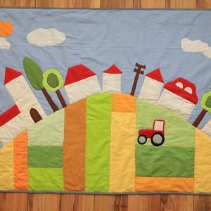 traktoros, falvas falvédő, Otthon & lakás, Képzőművészet, Textil, Varrás, Illusztratív mintával, patchwork foltvarrással, applikálással készült falvédő. 100 %-ban pamut anyag..., Meska