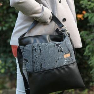 Női oldal táska fekete - fehér festett mintás, Táska & Tok, Laptop & Tablettartó, Laptoptáska, Varrás, Textilbőr és designer pamutvászon kombinációja. Elöl nagy zsebbel, amiben elfér a telefon, kulcsok, ..., Meska