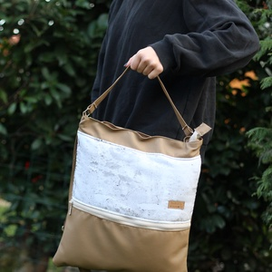 Női oldal táska beige festett mintás, Táska & Tok, Laptop & Tablettartó, Laptoptáska, Varrás, Textilbőr és designer pamutvászon kombinációja. Elöl nagy zsebbel, amiben elfér a telefon, kulcsok, ..., Meska