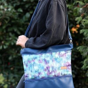 Női oldal táska kék mintás, Táska & Tok, Laptop & Tablettartó, Laptoptáska, Varrás, Textilbőr és designer pamutvászon kombinációja. Elöl nagy zsebbel, amiben elfér a telefon, kulcsok, ..., Meska