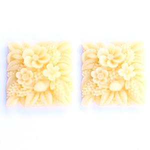 Műgyanta kaboson, virágos, négyzet alakú, fúratlan lencse, elefántcsont színű, vintage stílusú, Gyöngy, ékszerkellék, Cabochon, Virágos mintájú, négyzet formájú, nagy alakú, pehely könnyű műgyanta lencse, elefántcsont színben.  ..., Meska
