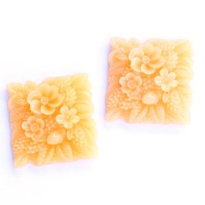 Műgyanta kaboson, virágos, négyzet alakú, fúratlan lencse, barack színű, vintage stílusú, Gyöngy, ékszerkellék, Cabochon, Ékszerkészítés, Virágos mintájú, négyzet formájú, nagy alakú, pehely könnyű műgyanta lencse, barack színben. \nA kabo..., Meska