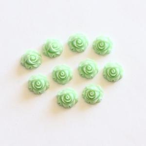 Rózsa műgyanta kaboson, virágos, kerek, fúratlan lencse, vintage stílusú, világos zöld, 10 db / csomag, Gyöngy, ékszerkellék, Cabochon, Ékszerkészítés, Rózsa alakú, kerek, pehely könnyű műgyanta lencse, lapos hátú, világos zöld színben. \nA kaboson mére..., Meska