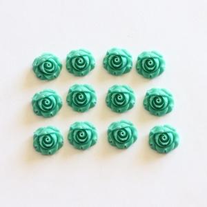 Rózsa műgyanta kaboson, virágos, kerek, fúratlan lencse, vintage stílusú, türkiz zöld, 12 db / csomag, Gyöngy, ékszerkellék, Cabochon, Ékszerkészítés, Rózsa alakú, kerek, pehely könnyű műgyanta lencse, lapos hátú, türkizzöld színben. \nA kaboson mérete..., Meska